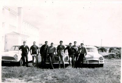CRAMA groupe d'élèves devant les simca